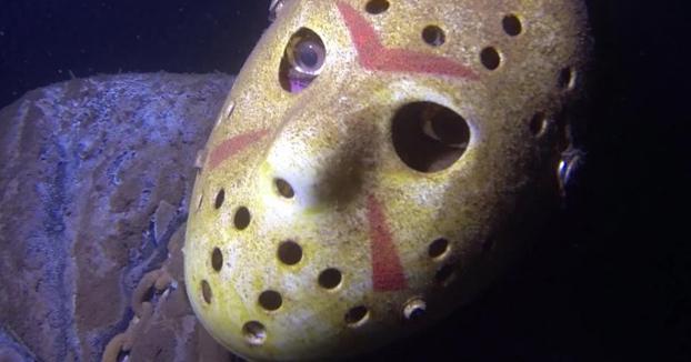 Un fan coloca una estatua de Jason Voorhees en el fondo de un lago al que suelen ir mucho los buceadores