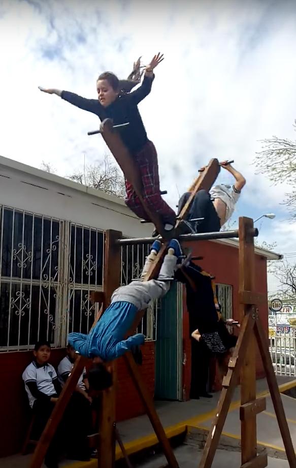El vídeo de unos niños mexicanos en una cruz giratoria que ha despertado el interés de muchas personas