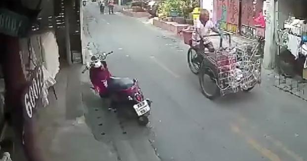 Agrede a un anciano después de caer de su moto al chocar contra su triciclo