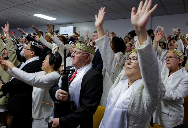 La extraña iglesia en Estados Unidos donde sus feligreses portan rifles AR-15
