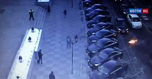 Karma instantáneo para el hombre que se pone a lanzar cócteles molotov en Moscú