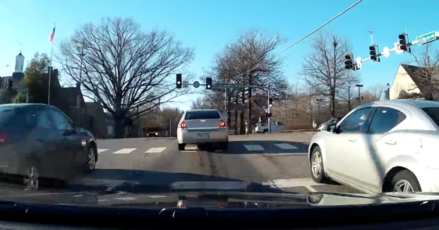 Karma instantáneo para otro conductor listillo