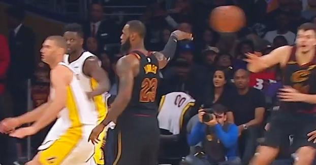 LeBron James engaña a todo el equipo de los Lakers con una asistencia de colección