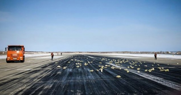 A un avión se le caen 172 lingotes de oro por valor de 300 millones de euros cuando despegaba