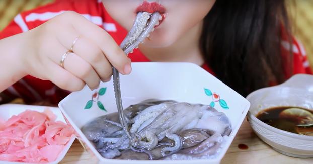 Koreana comiéndose un pulpo bien fresco. Ojo al sonido
