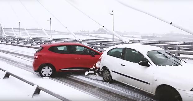 Nieva en Santander después de 33 años y se coloca en el puente a grabar a los coches que llegan a la rotonda
