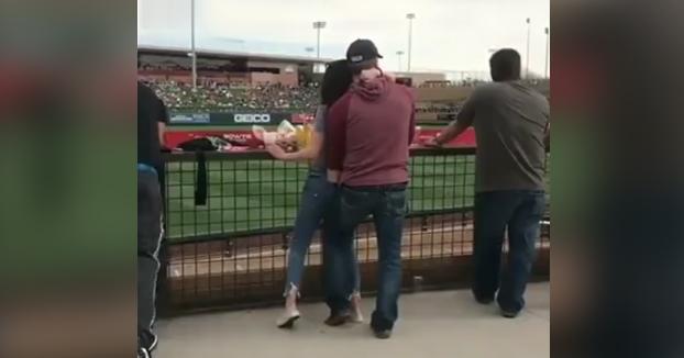 Esta pareja no ha perdido el tiempo durante el descanso del partido