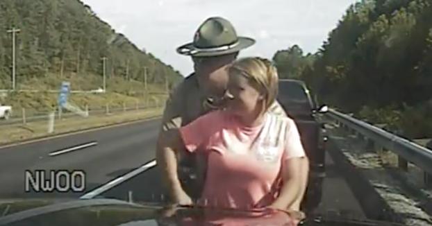 Un policía incumple la política al cachear y manosear a una mujer sin causa