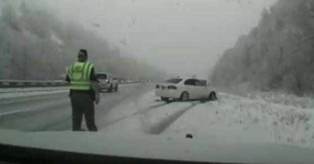 Un policía es embestido por un coche en plena carretera mientras que iba a ayudar a otro