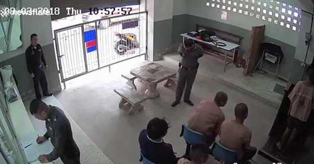 Un prisionero se quita los grilletes y se escapa delante de varios policías