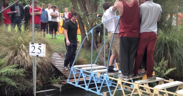 Los alumnos prueban los puentes que han hecho para el concurso de construcción de puentes de la universidad