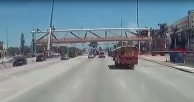 El momento del colapso del puente de Miami grabado desde una dashcam