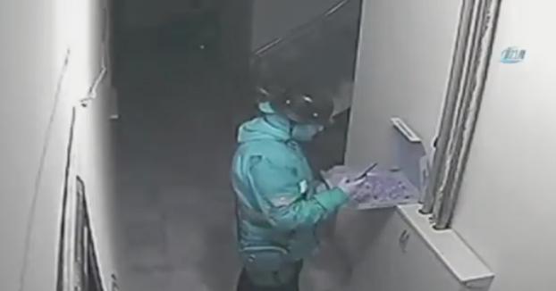 Un repartidor adereza la pizza antes de entregarla y se saca selfies mientras lo hace