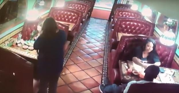 Cazada robando la propina de la mesa de al lado