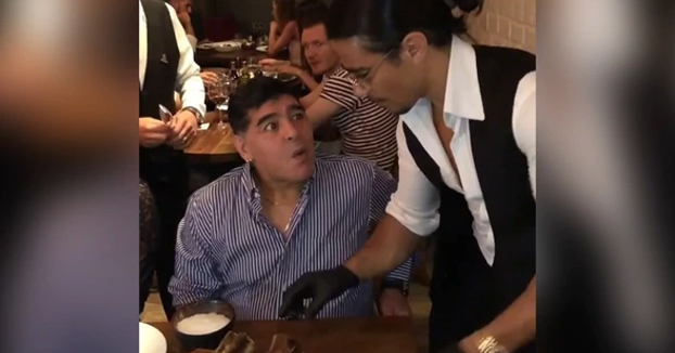 El chef Salt Bae sirviéndole un corte de carne a Maradona