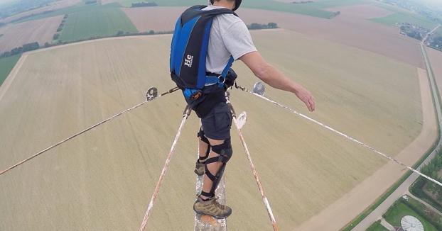 Salto BASE de infarto desde lo alto de una antena de 160 metros