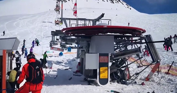 Un telesilla empieza a funcionar al doble de su velocidad lanzando a los esquiadores por los aires