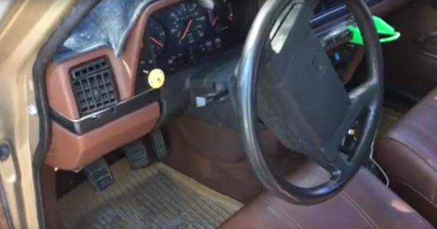 Le cambia el timbre de puerta abierta a su Volvo 240 y ahora suena 'África'