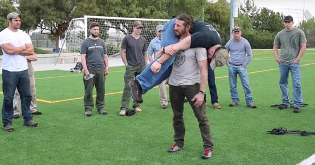 Técnica para levantar a una persona inconsciente en el suelo