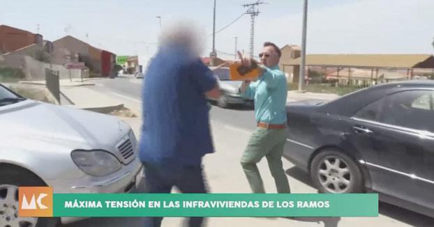 Un hombre de Murcia agrede a un reportero con su propio micrófono [Vídeo]