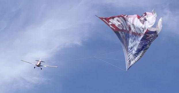 Así es cómo despegan los aviones que llevan enormes carteles de publicidad por las playas