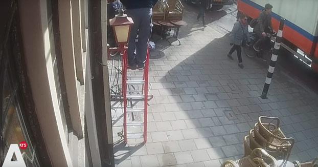 Estaba reparando el cableado de la fachada cuando de repente...