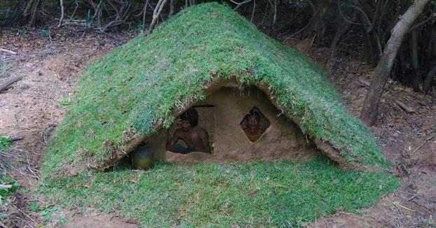 Construyendo una casa de madera bajo la tierra