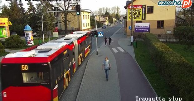 Una chica empuja a su amiga justo cuando pasaba el autobús y casi es atropellada [Vídeo]