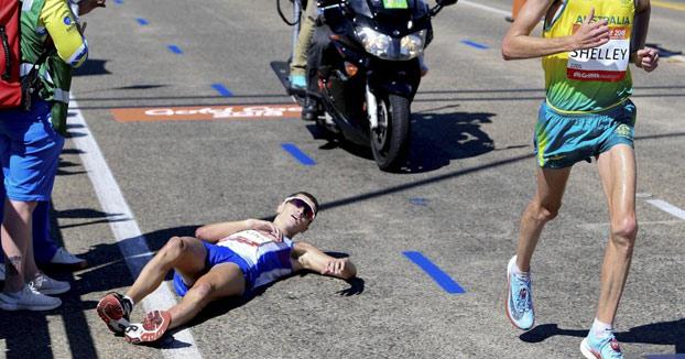 Callum Hawkins colapsa en pleno maratón y nadie le ayuda