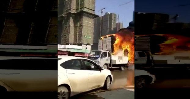 Un conductor intenta alejar su camión en llamas del centro de la ciudad