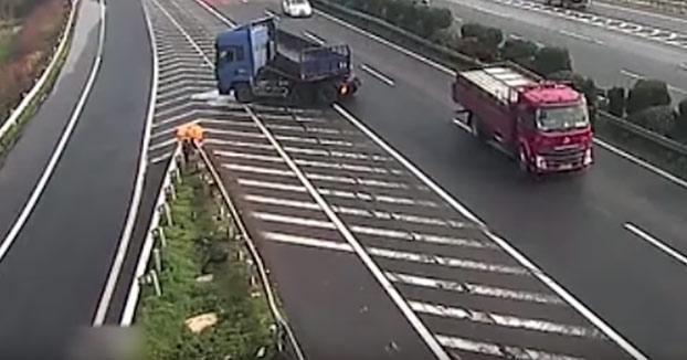 Se para en mitad de la autopista, provoca dos accidentes y sigue como si nada