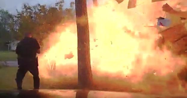 Un coche choca contra una casa y cuando un agente se acerca a la vivienda se produce una fuerte explosión