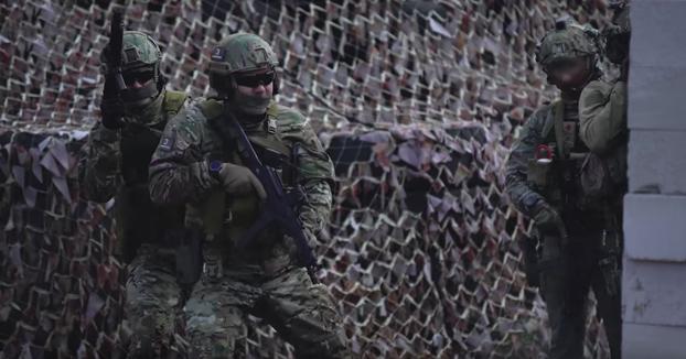 Miembros de las Fuerzas Especiales rusas haciendo una demostración con fuego real