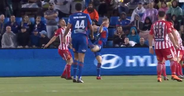 Golazo de 'escorpión' en la liga australiana