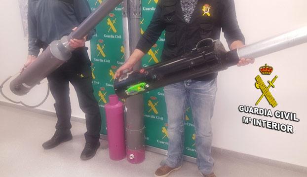 La Guardia Civil detiene a un hombre de Vigo por fabricar y vender ''lanzapatatas''