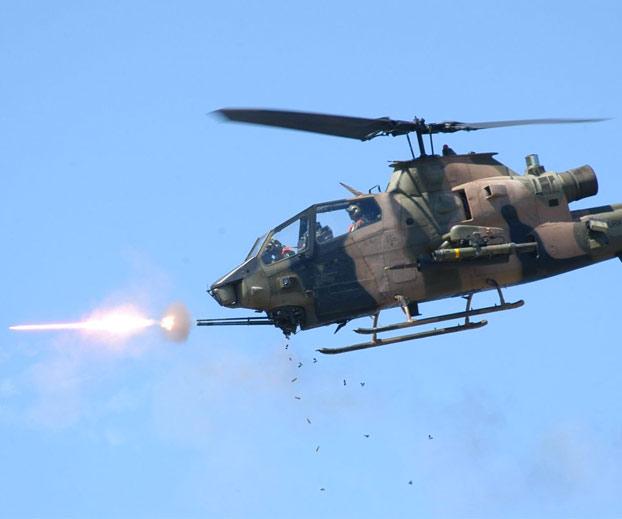 Ejercicios con fuego real de helicópteros cobra turcos T129 ATAK y AH-1