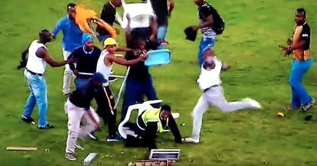 Violencia extrema en Sudáfrica: Hinchas saltan al campo y dejan inconsciente a una vigilante de seguridad