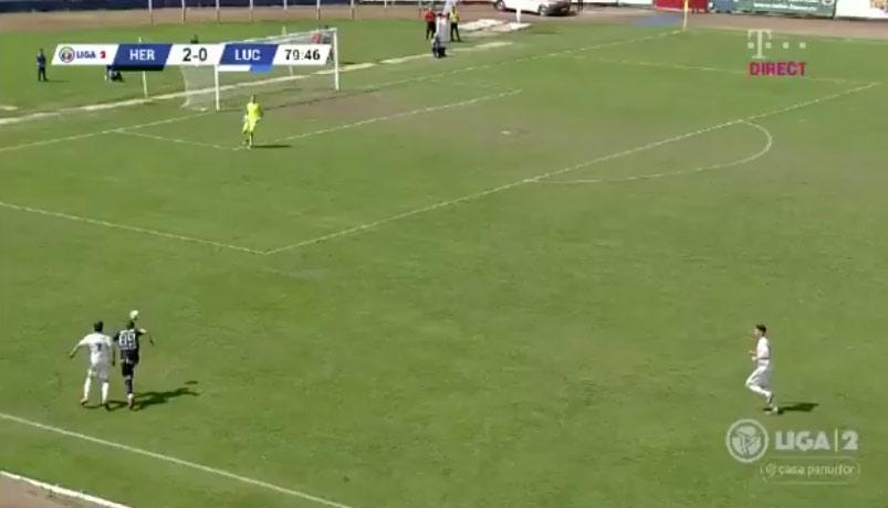 Este jugador rumano marca un gol y lo celebra subiendo a la grada y aplaudiendo como un aficionado