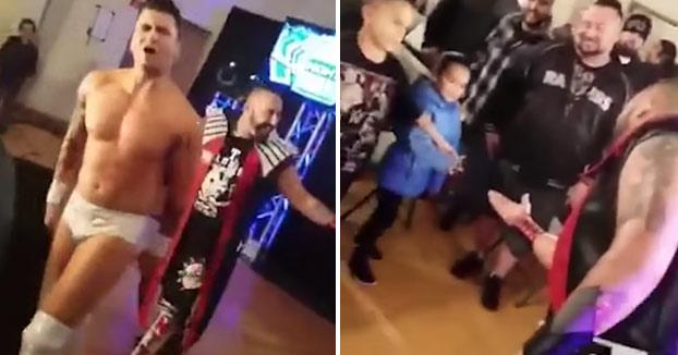 Un luchador escupe un chicle a una niña y el padre le da una paliza antes de subir al ring