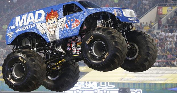 Se marca un Backflip + caballito + frontflip con su Monster Truck