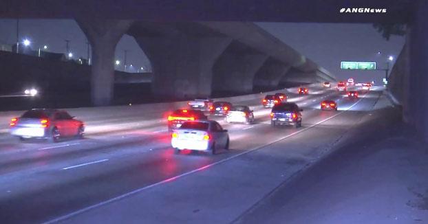 Un conductor se queda parado en mitad de la autopista y los coches que vienen intentan esquivarlo como pueden