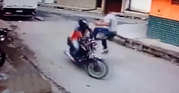 Derriba con una patada voladora a un ladrón que huía en moto