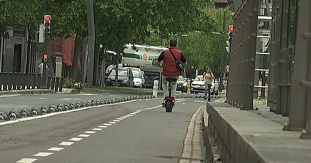Da positivo en tres drogas tras chocar su patinete eléctrico con un coche en Vitoria