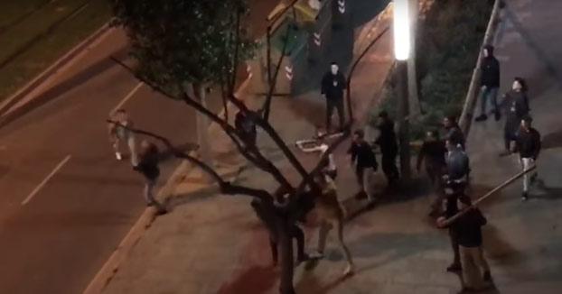 Batalla campal entre jóvenes y ultras del Barça en Cornellà [Vídeo]