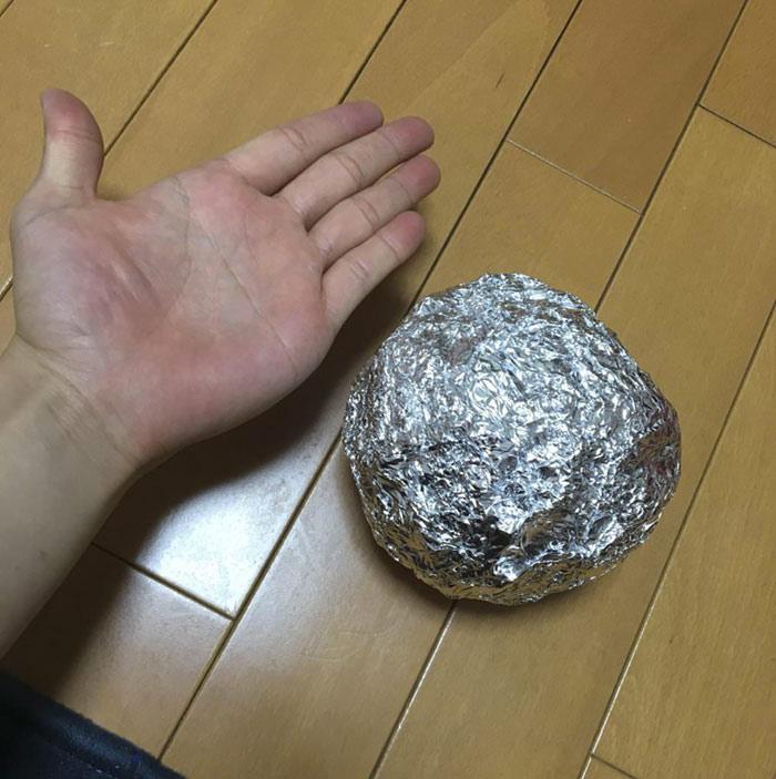 En Japón les gusta pulir bolas de papel de aluminio hasta la perfección