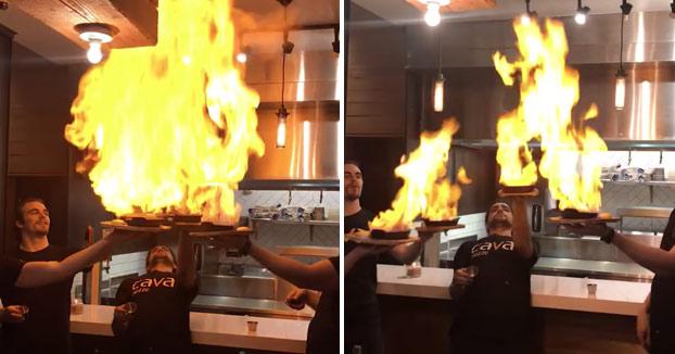 Piden saganaki para cenar y cuando los camareros lo están sirviendo ocurre lo siguiente...