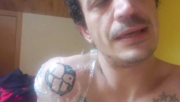 Simón Pérez se tatúa el logo de Forocoches por 200 euros