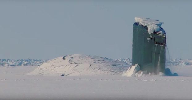 Momento exacto en el que un submarino nuclear embiste la capa de hielo para salir a la superficie