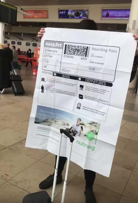 Le pidió a su colega que le imprimiese la tarjeta de embarque y este le imprime una gigante