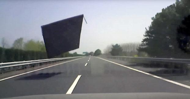 El techo del contenedor de un camión se desprende e impacta contra su coche